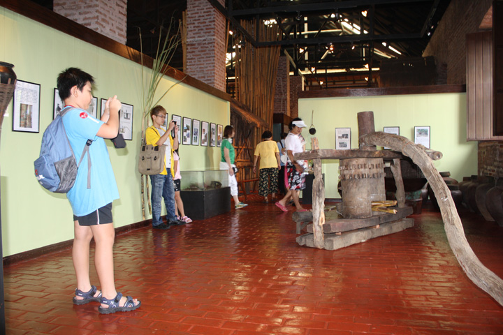 24_exhibit_area